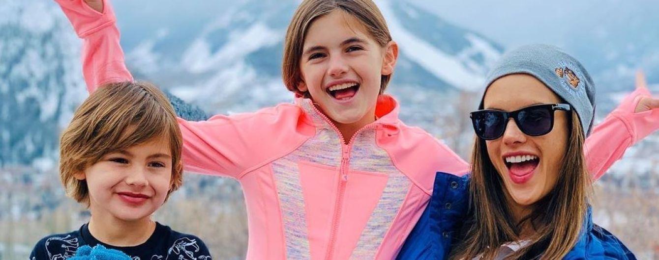 Всі на лижі: Алессандра Амбросіо з дітьми поїхала на гірськолижний курорт