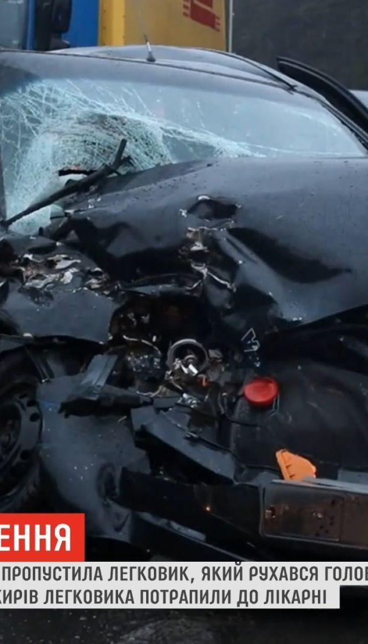 Автотроща в Киеве: лоб в лоб столкнулись легковушка и грузовик