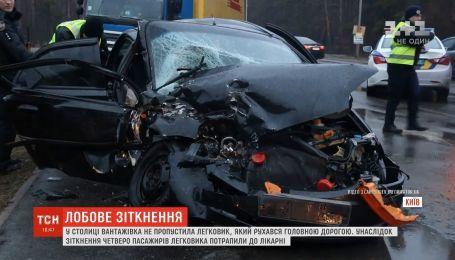 Автотроща в Києві: лоб у лоб зіткнулися легковик та вантажівка