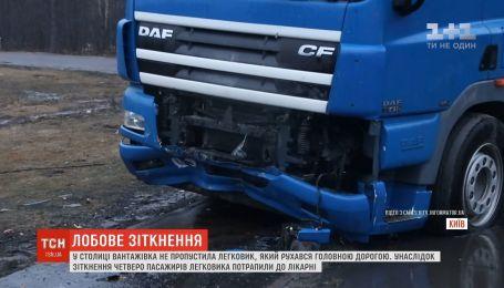На окраине Киева грузовик протаранил легковушку, четыре человека в больнице