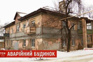 """Обдерті стіни, гнила підлога, відсутність води: у Краматорську чиновники """"відремонтували"""" будинок за 2,5 мільйони"""