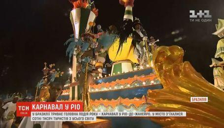 На карнавал в Рио-де-Жанейро съехались сотни тысяч туристов