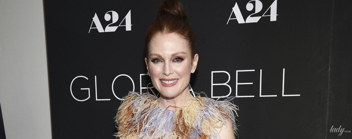 Вся в перьях: Джулианна Мур в интересном наряде приехала на премьеру фильма в Нью-Йорке