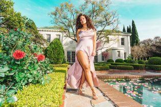 Вот это разрез: Эшли Грэм в красивом атласном платье продефилировала у бассейна