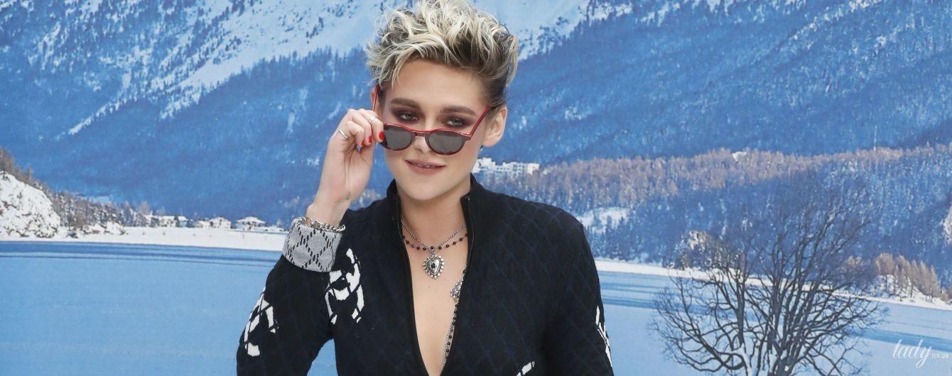 Кристен Стюарт в стильном комбинезоне Chanel позировала на искусственном снегу