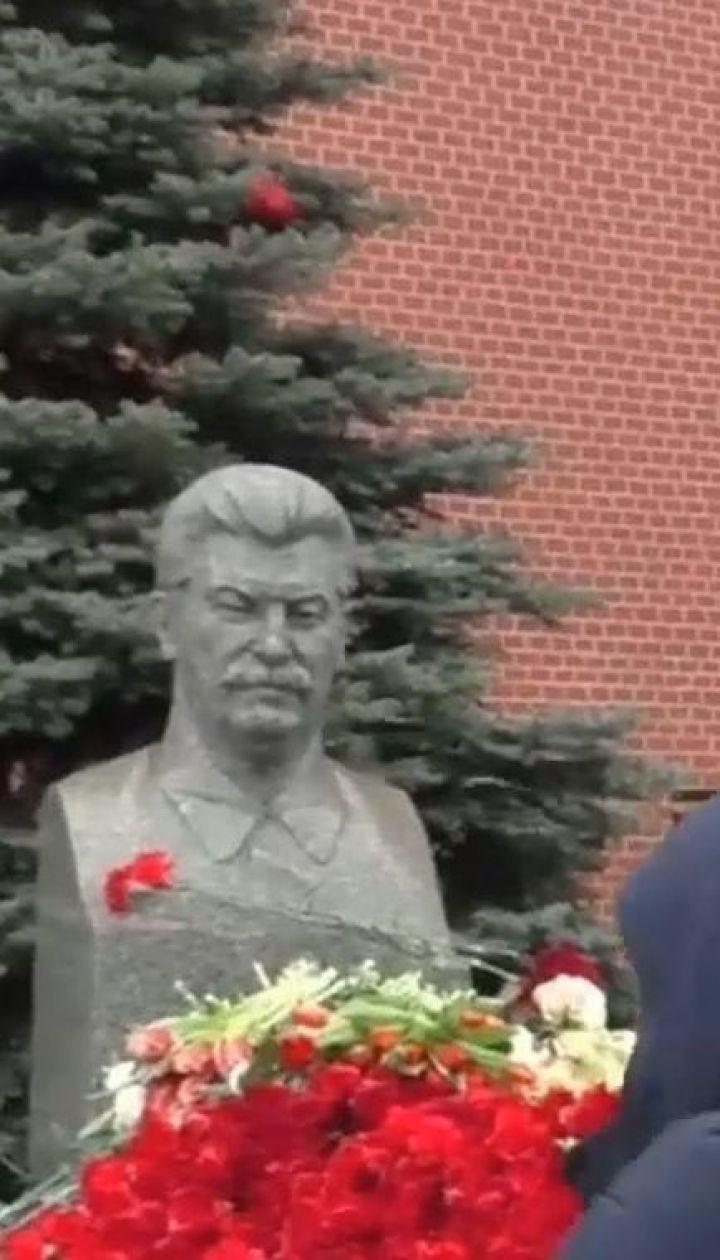 У Москві затримали чоловіка, який кинув гвоздики у бюст Сталіна