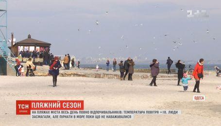 Теплая погода заставила людей выйти на одесские пляжи