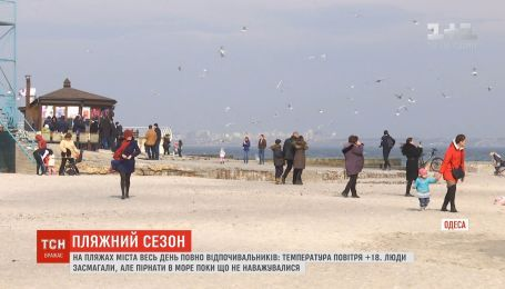 Тепла погода змусила людей вийти на одеські пляжі