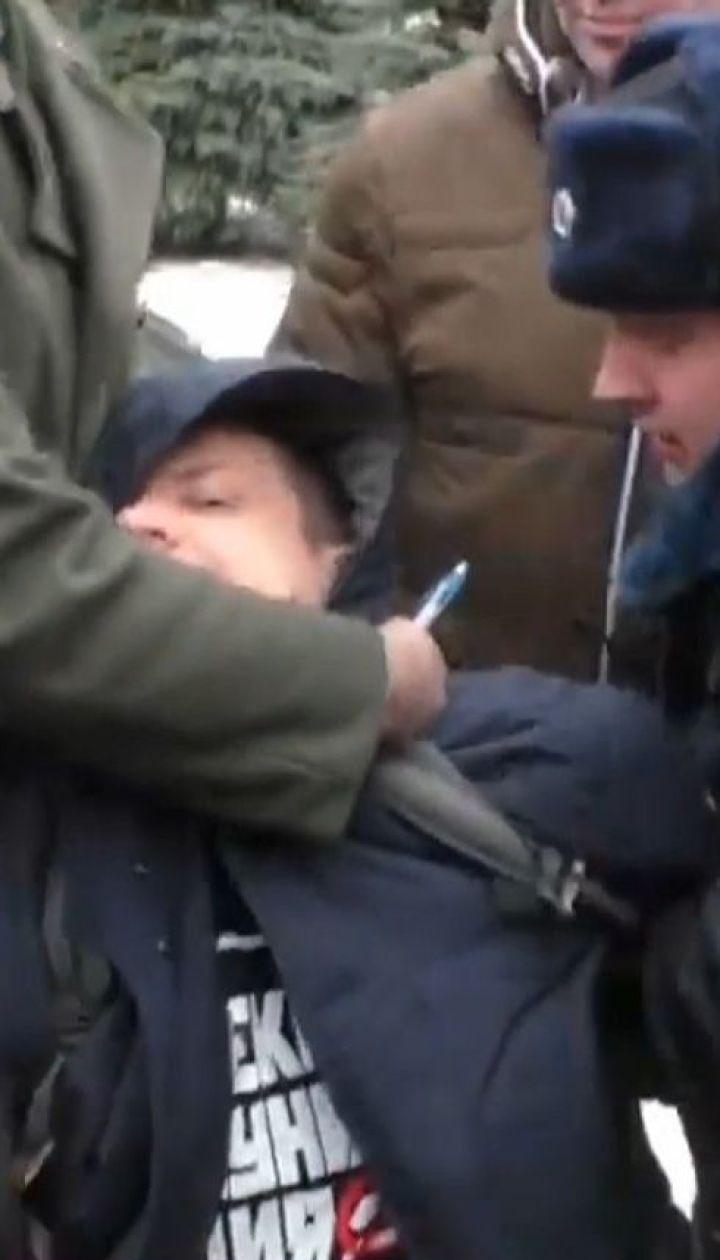 """В Москве мужчина бросил в памятник Сталину цветок и воскликнул """"Гори в аду"""""""