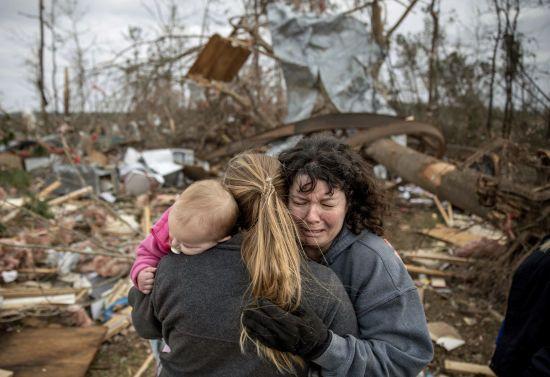 """""""Торнадо вирвав дитину з рук батька"""": у США назвали імена жертв вбивчої стихії"""