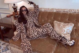 Кім Кардашян у total leopard спокусливо полежала на дивані
