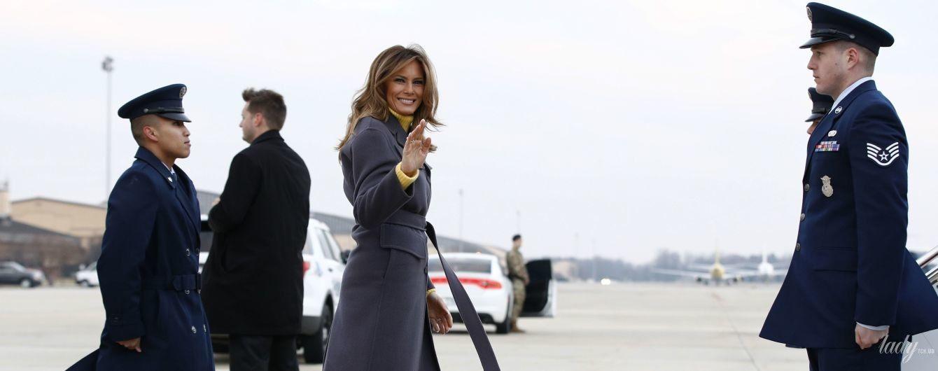 У темно-баклажановому пальті і картатих човниках: весняний образ Меланії Трамп