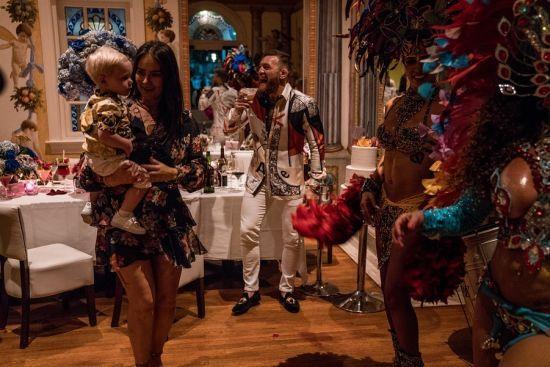 Макгрегор відсвяткував 60-річчя матері у маєтку Versace в стилі бразильського карнавалу