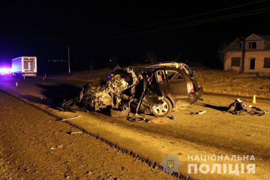 На Прикарпатті легковик протаранив мікроавтобус і влетів у автопоїзд, є жертви