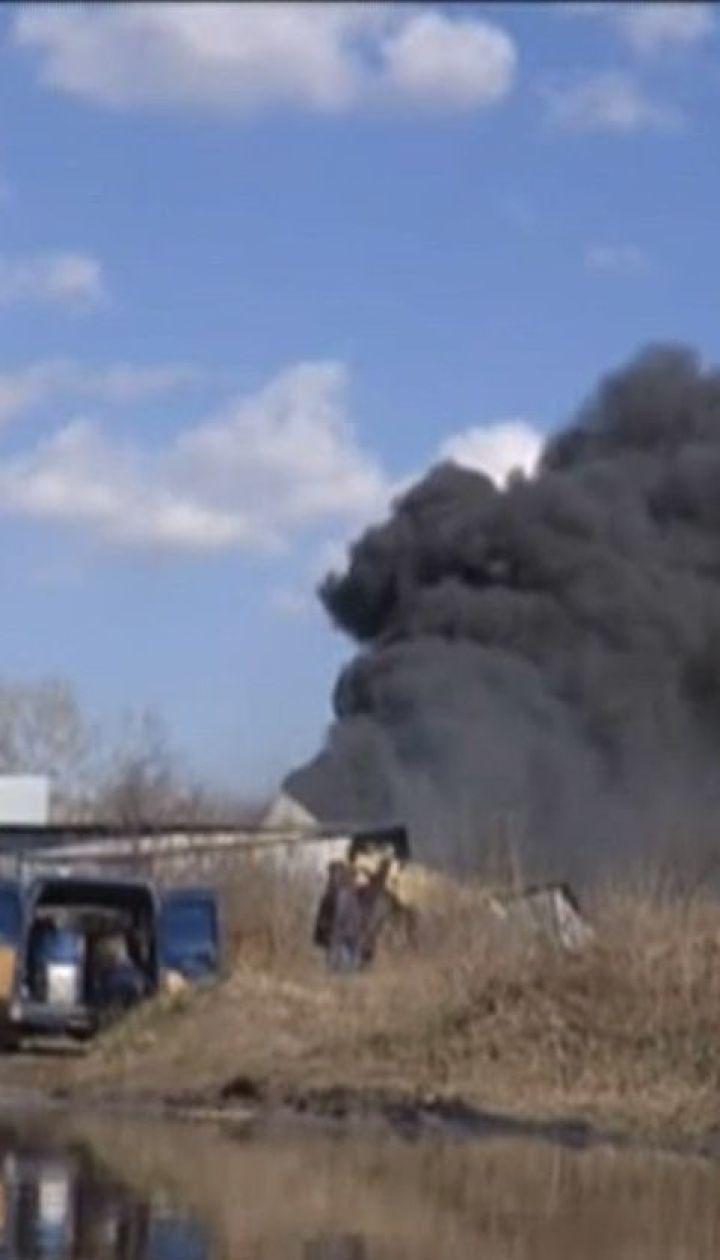 Огонь на заводе по изготовлению пластиковых изделий охватил три тысячи квадратных метров