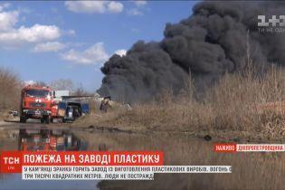 Черный дым и невыносимая вонь: на Днепропетровщине не могут потушить пожар на заводе
