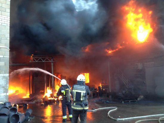 Вогнеборці загасили вогонь на пластмасовому заводі під Дніпром