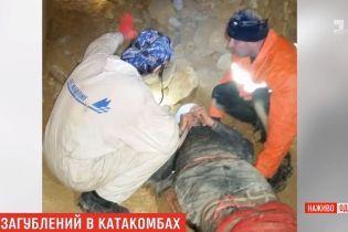 Как друзья и жена спасли спелеолога, который сломал ногу в катакомбах