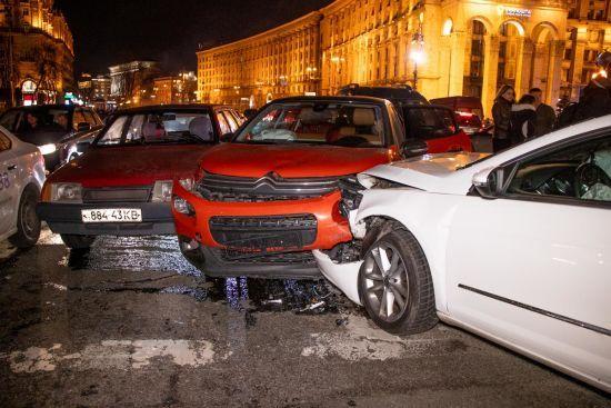Масштабна ДТП у центрі Києва: на Майдані Незалежності зіткнулися шість авто