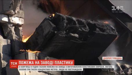 Каменку затянуло черным дымом после пожара на заводе пластика