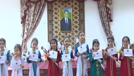 У Туркменістані дівчаток привітали з 8 Березня конвертами від президента