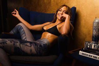 В топе и лосинах со своим портретом: Джей Ло похвасталась подтянутой фигурой