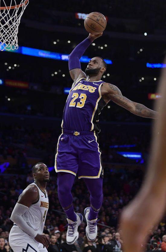"""Зірковий баскетболіст ЛеБрон Джеймс побив досягнення """"Короля повітря"""" Джордана в НБА"""
