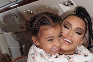 В пижамах и со стильными прическами: Ким Кардашьян показала милые снимки из поездки со старшей дочерью