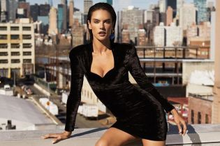 Підкреслила груди: Алессандра Амбросіо в оксамитовій міні-сукні позувала на даху