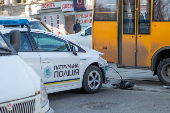 Машина патрульних врізалась у маршрутку з пасажирами у Дніпрі