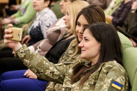 Полторак розповів, скільки українок взяли до рук зброю від початку війни на Донбасі