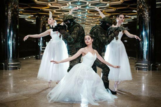 В російському Єкатеринбурзі військові прикрилися балеринами на фотосесії в метро