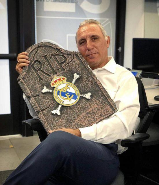 """Легенда """"Барселони"""" оскандалився через фото з надгробком """"Реала"""""""