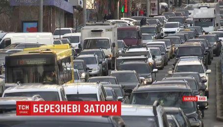 Предпраздничные пробки сковали дороги Киева