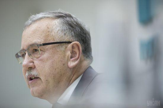 Суд відмовив Гриценку у задоволенні позову проти Порошенка