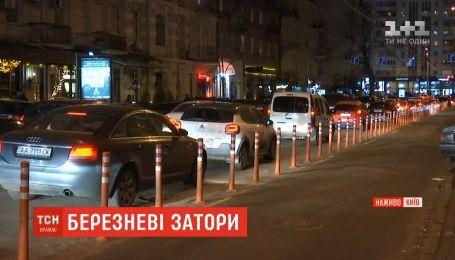 Накануне праздника Киев застыл в пробках