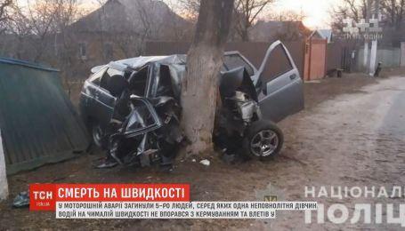 Моторошна аварія на Київщині: легковик на швидкості влетів у дерево, п'ятеро людей загинули