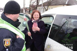 Цветочный патруль. В Одесской области полицейские дарили цветы женщинам-водителям