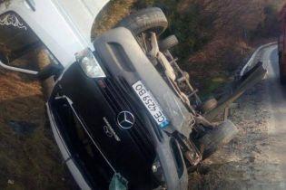 На трассе Киев-Чоп перевернулся микроавтобус с пассажирами, погибла женщина
