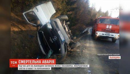 На трассе Киев-Чоп микроавтобус слетел в кювет и перевернулся, погибла женщина