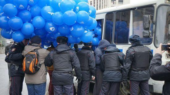 """Мітинг за """"вільний інтернет"""". Активістів у Москві почали """"пакувати"""" в автозаки ще до початку акції"""