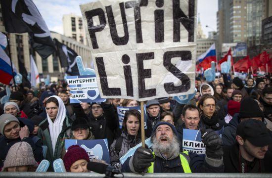 """""""Інтернет - наш єдиний шанс"""". У Москві відбувся протест проти закону про цензуру в Мережі"""