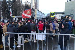 В России перед футбольным матчем фанатов раздевали до трусов прямо на улице