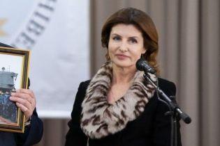 Підтримала тренд: Марина Порошенко одягла костюм з анімалістичним коміром