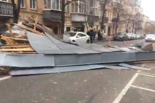 """У Києві на """"Золотих воротах"""" вітром знесло дах житлового будинку"""