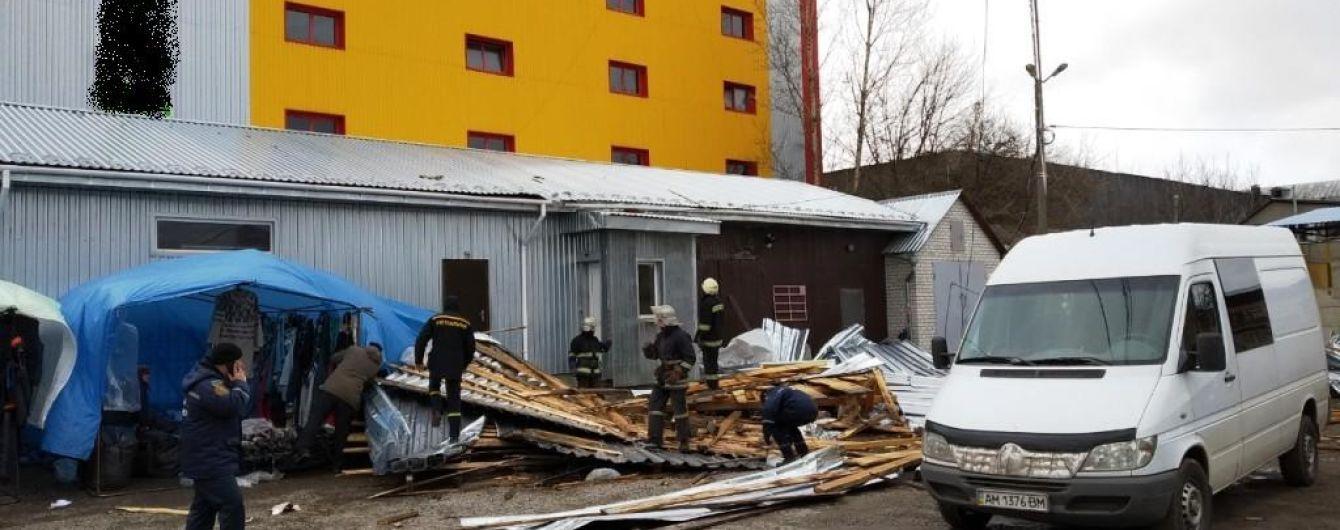 На Житомирщине ветром сорвало кровлю со здания: погибла женщина