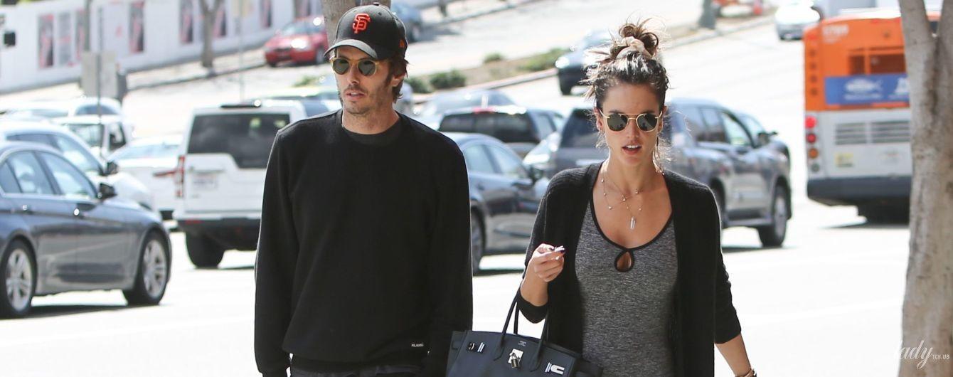 В странном комбинезоне: Алессандра Амбросио с возлюбленным прогулялись по Лос-Анджелесу