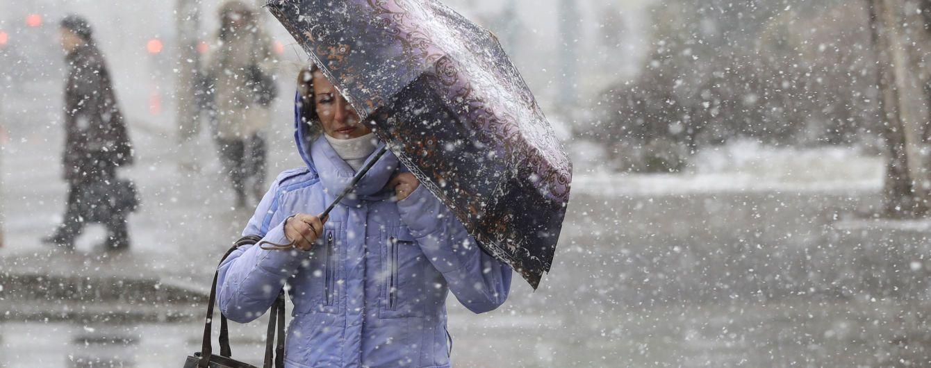 Погибшие пешеходы и обесточенные города. Как Украина переживает разрушительный ураган