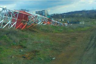 На Николаевщине сильный ветер повалил вышку мобильной связи. Момент падения попал на видео