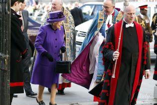 Как всегда, яркая: королева Елизавета II в отличном настроении приехала на службу